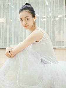 舞蹈房内的芭蕾舞少女轻巧舞鞋起舞