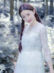 丛林处的白裙麻花辫美女静谧温柔