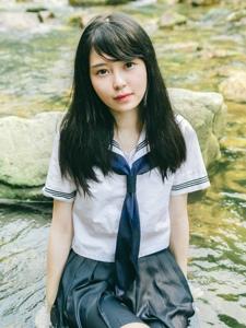 溪水上的校服天真少女短裙湿身眼眸动人