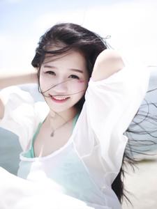 海岸少女长发飘逸笑容甜美