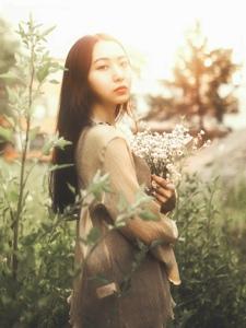 荒野郊区内的长发女神柔美寂静