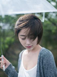 野外草丛短发瓷肌少女静谧写真