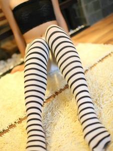 可爱私房美媚穿着诱惑不止的黑白斑马纹长袜