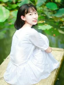 河面上的白衣短發少女純凈自然美麗