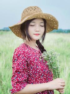 可爱红裙少女胖嘟嘟的脸蛋蓝天下绽放笑容