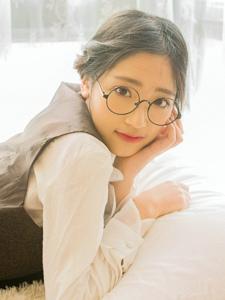 英伦风可爱眼镜无害少女的大眼迷人