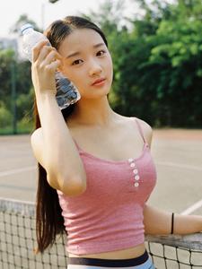 運動場的性感小蠻腰網球美女
