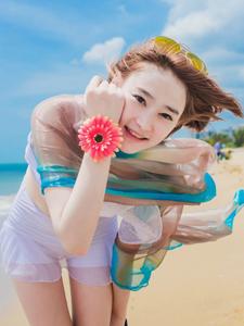晴朗天气清澈海水中嬉戏的短发少女