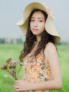 绿茵草地上的草帽少女意境唯美