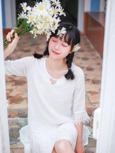 夏日晴朗阳光下的雏菊少女清新纯净