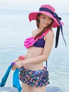 颜色鲜艳的比基尼嫩模海水中嬉戏可爱写真