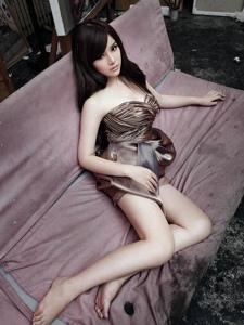 宁静漂亮美女写真秀性感美腿与妖娆身姿