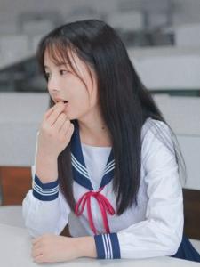 教室内的氧气校园美女贪吃俏皮