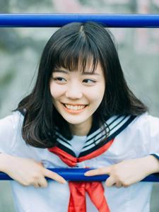 笑容甜美的制服少女户外旅拍天真活泼