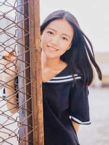 天台上的长发西瓜妹子笑容迷人
