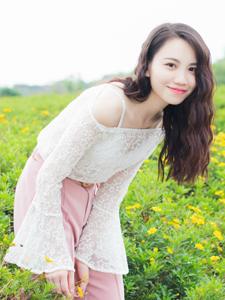 绿茵草地中的甜美少女可爱率性写真