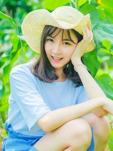 草丛中的草帽少女甜美可人