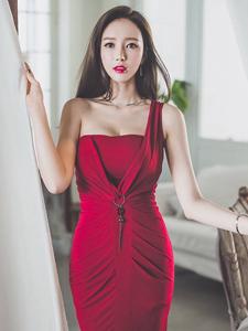 俏臀红艳长裙气质模特靓丽写真