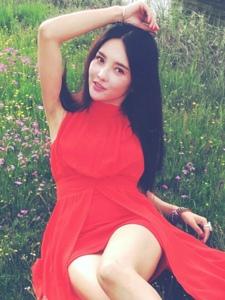 花丛中的红裙气质美女鲜艳亮丽