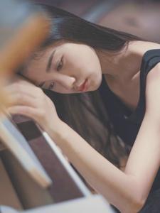 柔美钢琴美女气质寂静思念
