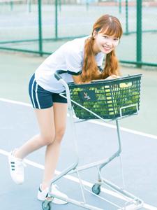 甜美网球少女笑容可人