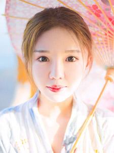 清新白净日系少女小溪边优雅写真