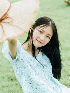 绿茵草地上奔跑的可爱少女美艳动人