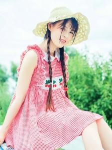 骄阳下的红格子裙麻花辫元气少女