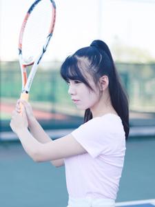 粉嫩安静妹子网球场展现不一样的自己