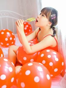 红色气球海中的可爱萌妹子红彤彤软萌萌