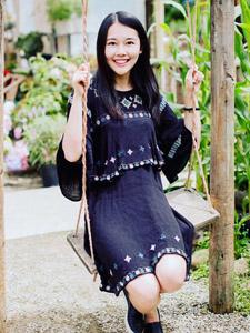 清新黑长直气质少女秋千上笑容甜美