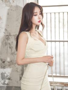 巨乳美模紧身包臀短裙废弃房屋意境写真