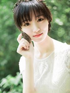 丛林里的甜美精灵少女微笑写真