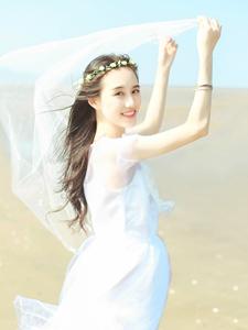 白纱女神湛蓝天空下海风吹拂