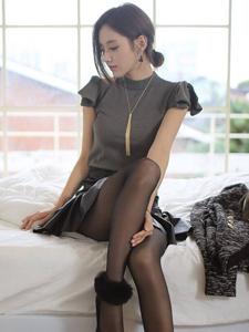 黑丝皮裙性感美模居家气质写真