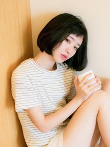 清晨初醒短发少女慵懒写真