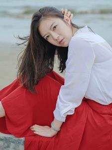 海邊的鮮艷紅裙氣質美女端莊迷人