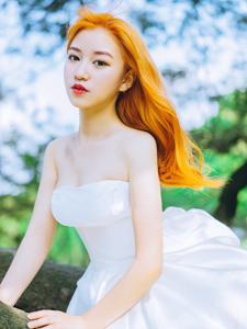 金发碧眼白裙美女丛林唯美写真