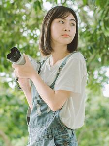 爱摄影的短发妹子丛林里清新写真