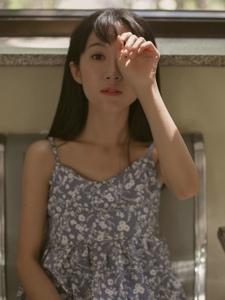 私房碎花裙高颜值美女安静迷人