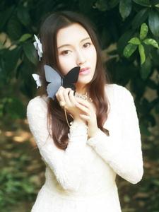 蝴蝶气质美女白裙户外清丽佳人