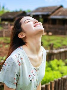 清新自然少女笑容甜美治愈人心