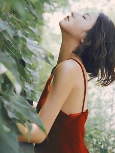 绿叶处的红裙吊带美女寂寥一人