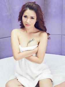 披着浴巾的成熟美女大胆出镜展现私房诱惑