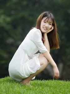 笑容甜美白裙少女风趣写真