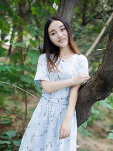 丛林里的淳朴少女白皙迷人