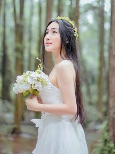 丛林处的婚纱美女清爽唯美写真