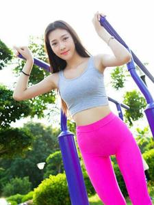 运动妹子草坪健身器材活力写真