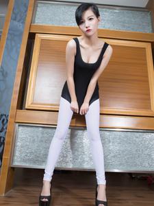 性感模特余菲菲Faye白色透明长裤秀长腿