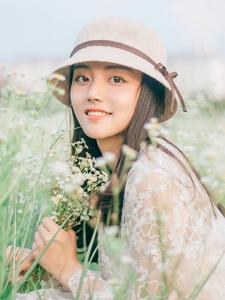 滿天星花叢中的嬌俏可愛的少女